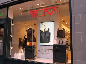 Tumi-shop-window-LCD